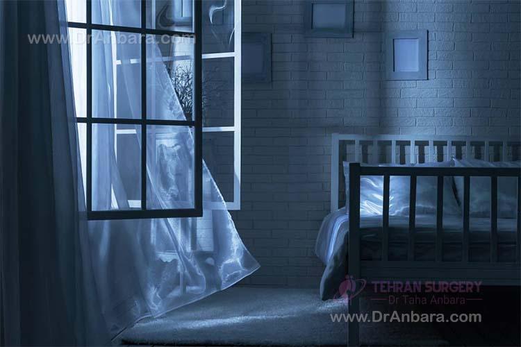 باز کردن پنجره ها برای خنک شدن اتاق