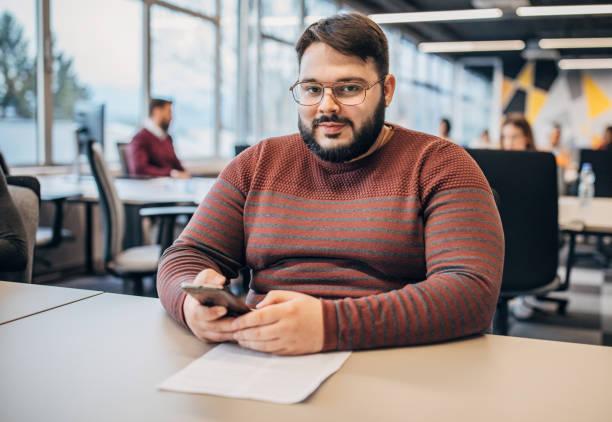 مرد چاقی که در حال محاسبه bmi خود و کسب اطلاعات درباره روش های کاهش وزن است