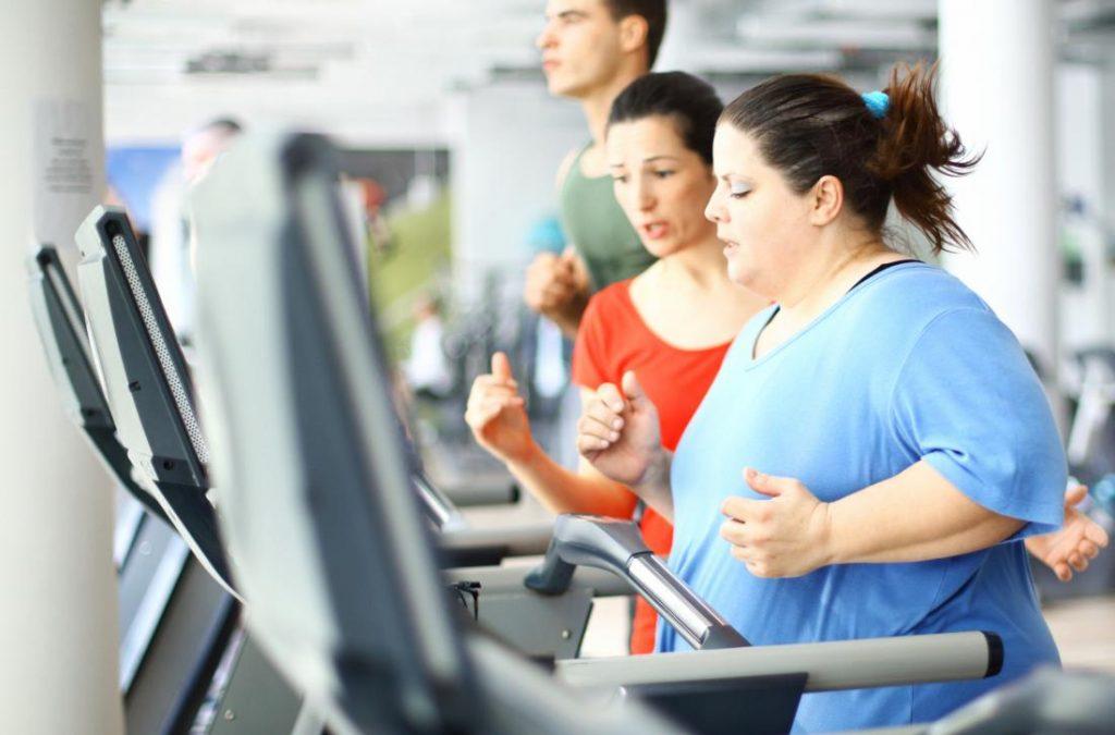 زنی که بعد از عمل اسلیو معده با ورزش و دویدون روی تردمیل به دنبال افزایش روند کاهش وزن بعد از عمل است